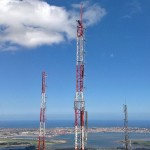 Encaramado a la antena y Santander a sus pies