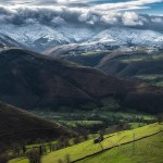 Vega de Pas con nieve en los montes