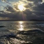 Unos rayos de sol se escapan para darse un chapuzón en el Sardinero