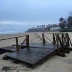 Daños del temporal. Pasarelas de madera, duchas y juegos infantiles arrancados de cuajo por la fuerza de la mar en las playas del Sardinero