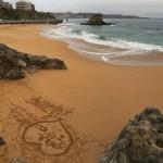 Efímeros mensajes de amor en la playa del Camello