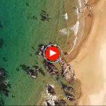 Mar cristalina en la playa de Trengandin. Un chapuzón desde el aire