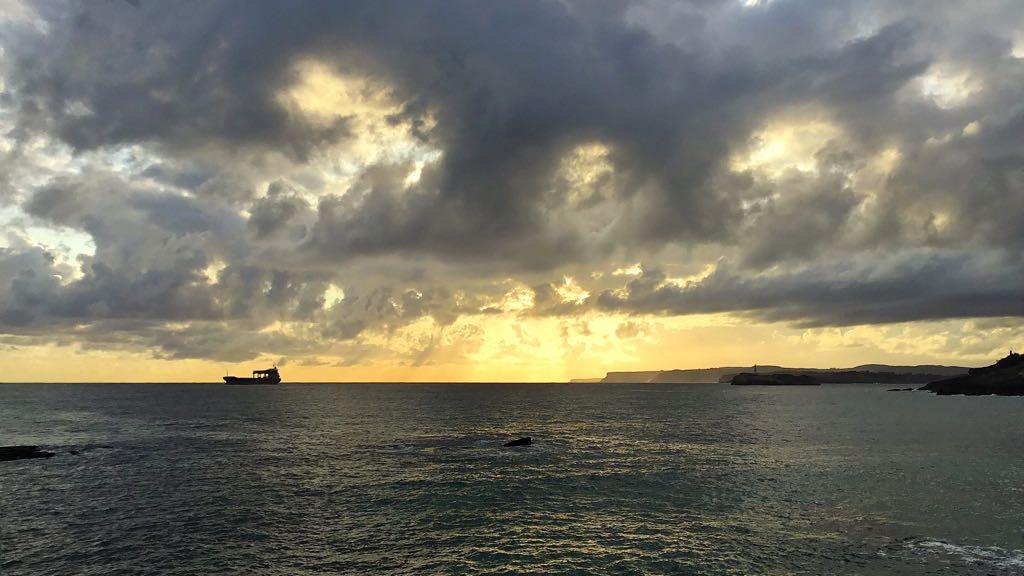 nubes-sardinero-buque-amanecer