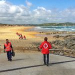 Voluntarios de Cruz Roja dejan Liencres como la patena para celebrar el Día Mundial del Medio Ambiente
