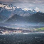 Comillas en diminuto, entre la inmensidad del mar y la montaña de Cantabria