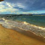 La bahía chisporrotea con el sur