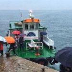 La belleza de los Reginas navegando por la bahía en un día gris oscuro
