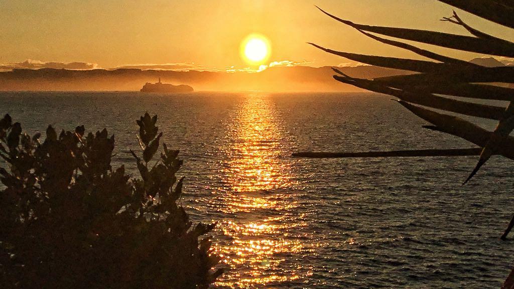 La isla de Mouro amanece entre bruma y un sol gigante | EL ...
