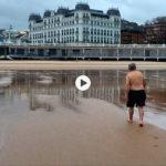 La mar se va cabreando pero los del baño diario ahí siguen