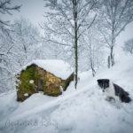 Cabañas pasiegas bajo un manto de nieve