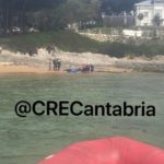 Un rorcual de seis metros vara en la playa de Bikinis y los equipos del CreCantabria consiguen devolverle al mar
