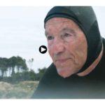 El gran Meco, pionero del surf cántabro, de 77 años sigue a diario sobre la tabla en Loredo o Langre