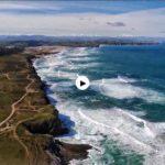 Costa Quebrada un día con la mar alegre