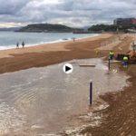 La pleamar de las 7:30 se zampa la playa del Sardinero