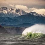 El Cantábrico y su fuerza y el viento soplando y los picos enharinados de nieve y uno siente…