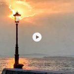 Un sol tímido que tiene ganas de asomarse a la bahía
