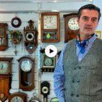 Carlos Herrero, el relojero municipal, se pone a pie de calle