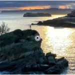 El niño Neptuno y la isla de Mouro dialogan