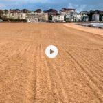 Playa de arena mojada
