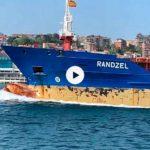 Buques que entran por la bahía y atracan en el puerto de Santander