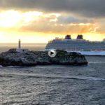 La espectacular entrada del Britannia en la bahía más bonita del mundo