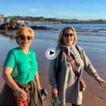 Carmela e Inés nos dan los buenos días desde la misma arena del Sardinero
