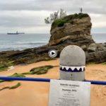 La placa del niño Neptuno regresa a su lugar… lee lo que dice