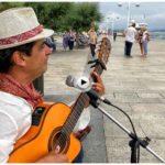 Juan Hedo canta junto a la bahía para los seguidores de El Tomavistas