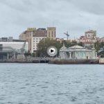 La bahía recobra su aspecto otoñal: sin boyas, sin botes atracados junto al Marítimo