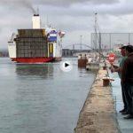 Así abandona el Connemara el puerto de Santander