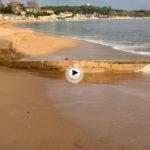 La pleamar de la tarde nos divide la playa de Los Peligros en dos y sigue llevándose arena