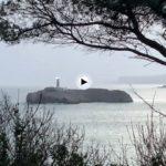 Un despertar gris con vistas a la isla de mouro y una mar la mar de tranquila