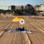 La primera sombrilla de hoy en la playa de Sardinero