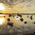 Amanecer en un rincón de la bahía… entre botes de pesca