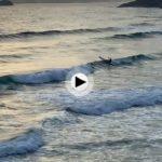 El espectáculo de ver sortear las olas con piraguaen el Sardinero
