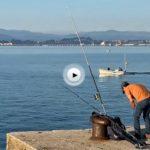 En bote por la bahía y de fondo Peñacabarga